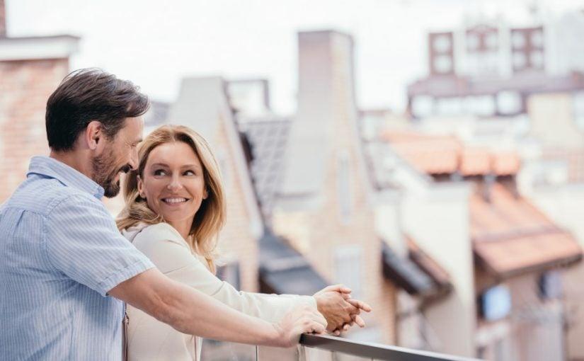 Lykkeligt par på en balkon