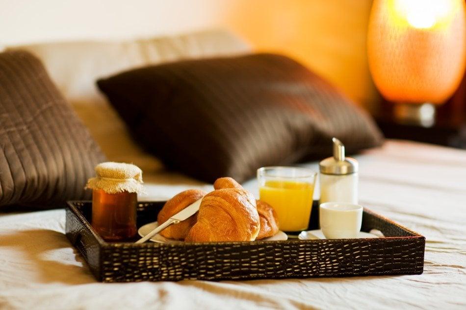 Et romantisk ophold med morgenmad på sengen er altid en populær oplevelsesgave til par